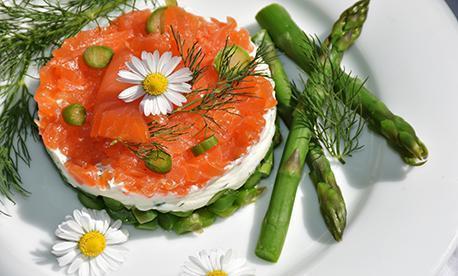 Geschichtetes Spargel-Frischkäse-Forellen-Törtchen; Foto: pixabay