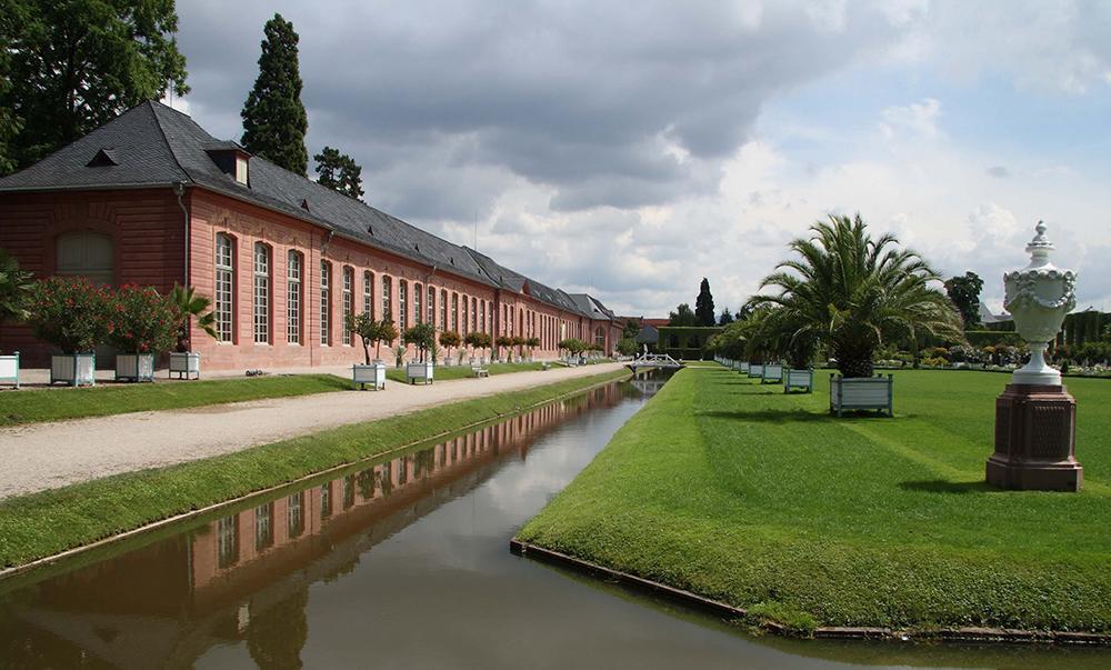 Orangerie und Orangerieparterre von Schloss Schwetzingen; Foto: Staatliche Schlösser und Gärten Baden-Württemberg, Uschi Wetzel