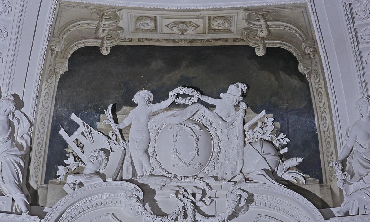 Das Monogramm Herzog Carl Eugens über der südlichen Eingangstür zum Weißen Saal, Foto: Staatliche Schlösser und Gärten Baden-Württemberg, Andrea Rachele