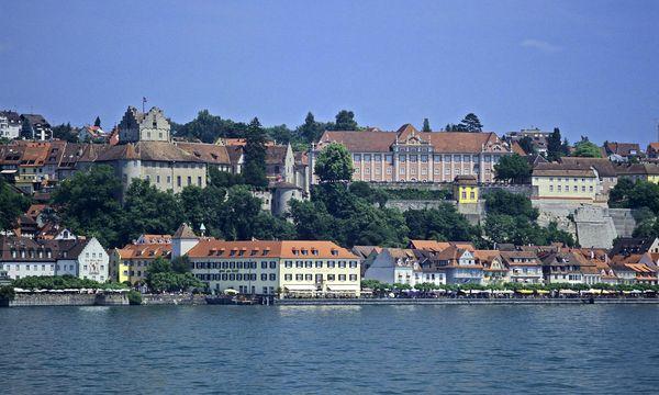 Blick vom See zur Meersburg und dem Neuen Schloss